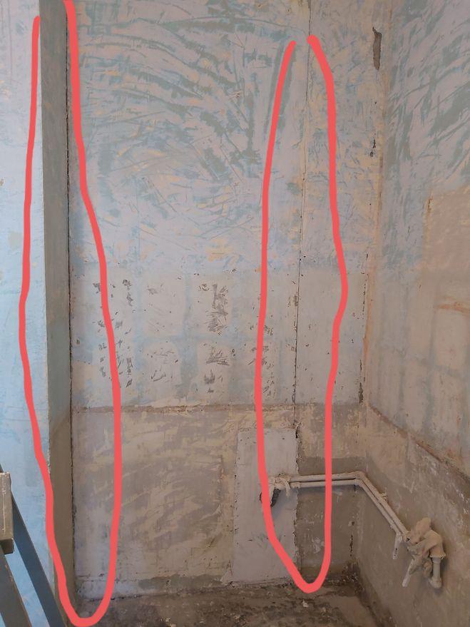 Красным отменены места где шифер отходит от бетонной стены