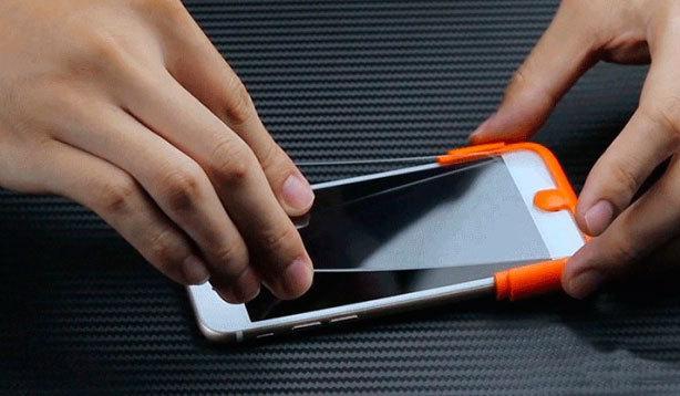 Как приклеить защитное стекло на телефон?