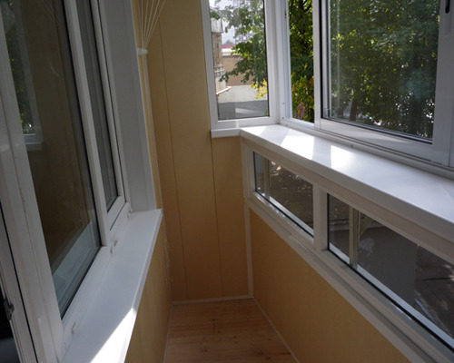 Какая технология установки подоконника на балконе квартиры?.