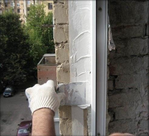 Щель между откосом и пластиковым окном