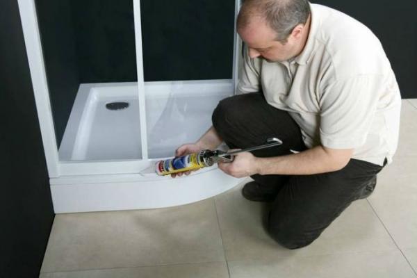 применение герметика при монтаже душевых кабин