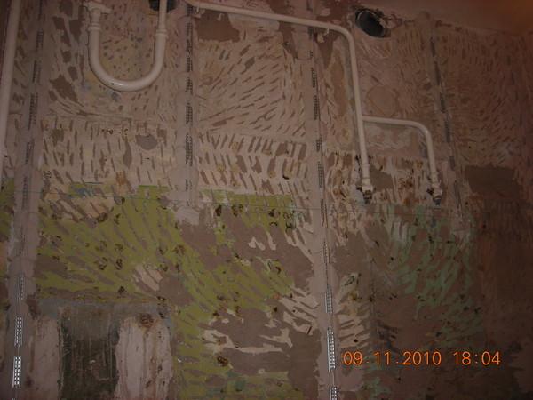 Как оштукатурить в одной плоскости стену если мешает труба отопления?