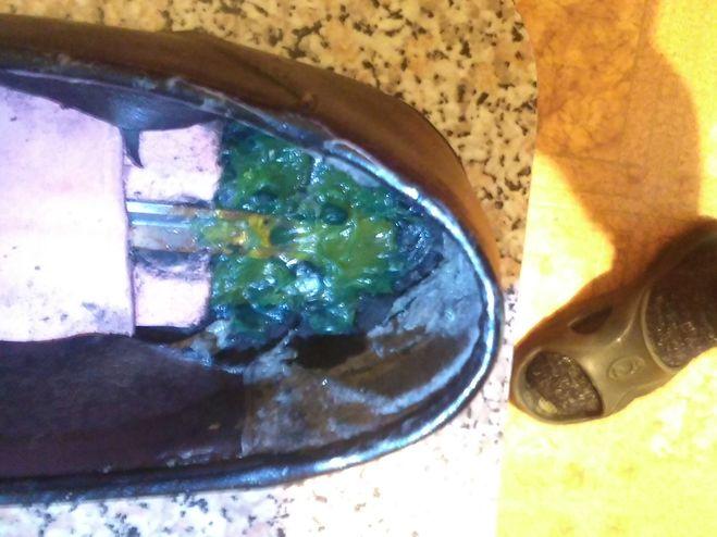 В каблук залит герметик