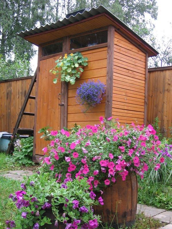 Украсить туалет на даче своими руками
