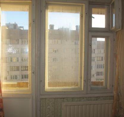 Деревянные окно и дверь.