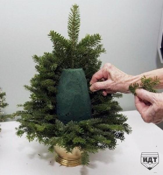 Как сделать новогоднюю елочку из веток и флористической губки своими руками