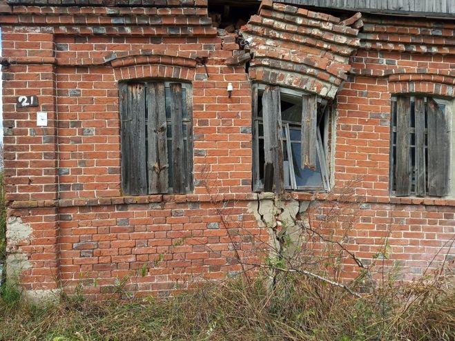 2. Трещина на фасаде вблизи