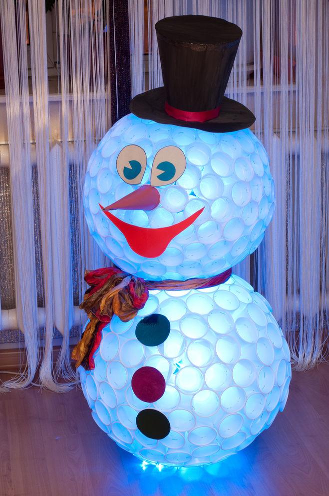 Снеговик своими руками из стаканчик фото