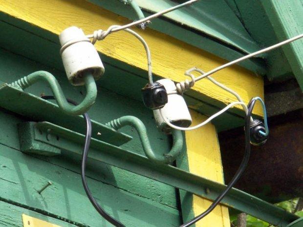 Оборвало электрический провод, идущий от столба эл.передач к дому. Что делать?