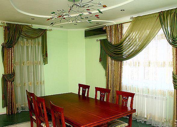 шторы к зелёным обоям фото